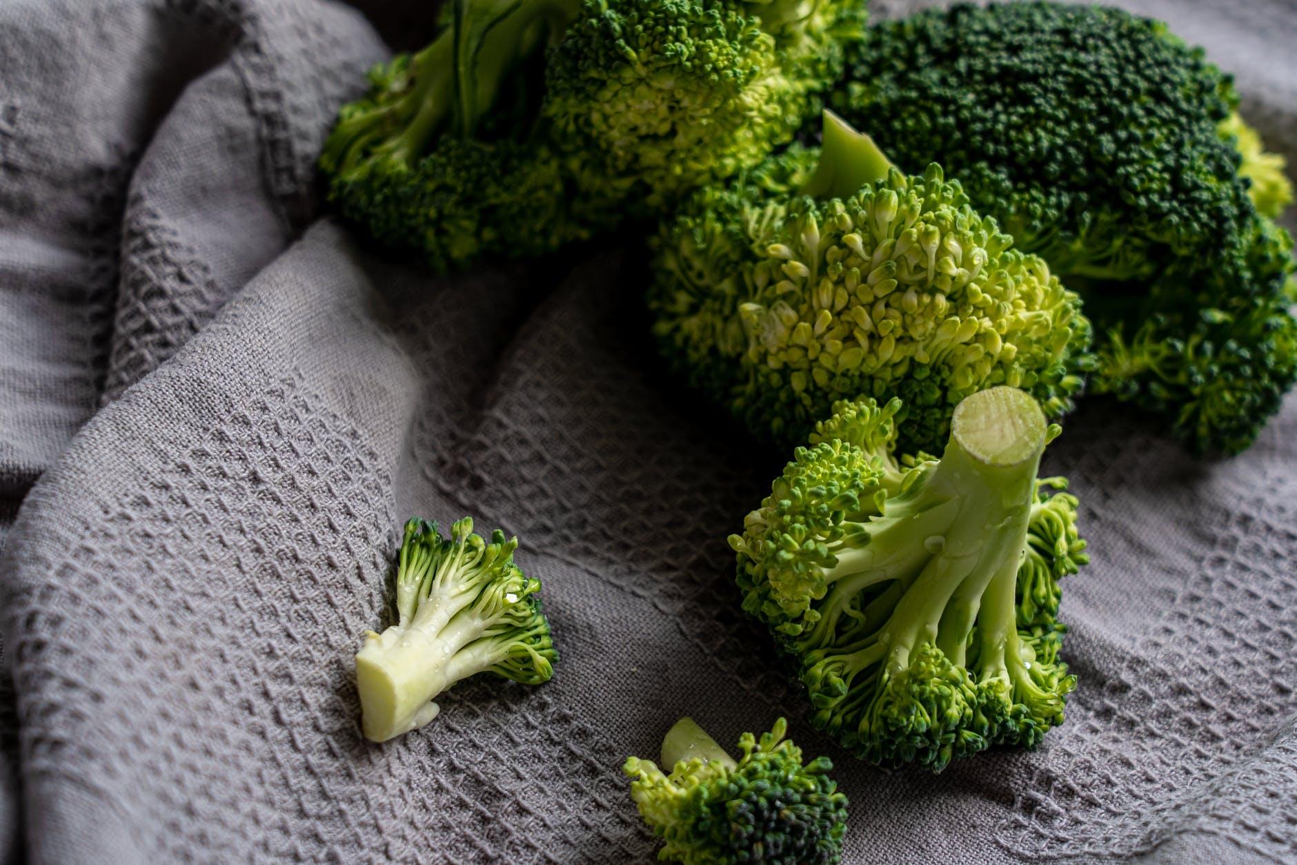 broccoli su un panno